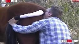 Очкастый зоофил устроил секс с кобылой в лесу