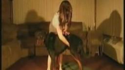 Милашка в короткой юбке возбудила собаку рукой и дала зоо домашнее
