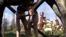 Близкие черноволосые подруги сосут хуй коню на ранчо видео оральное зоо