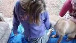 Парнишка уговорил симпатяшную девушку и предложил трахнуться с собакой порно виде с зоо